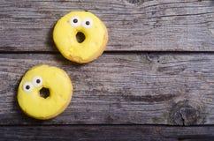 Ζωηρόχρωμος που ψήνεται donuts Στοκ Εικόνα