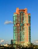 Ζωηρόχρωμος πύργος Condo κοντά στο Μαϊάμι Μπιτς Στοκ φωτογραφίες με δικαίωμα ελεύθερης χρήσης