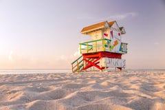 Ζωηρόχρωμος πύργος Lifeguard στη νότια παραλία, Μαϊάμι Μπιτς Στοκ Φωτογραφίες