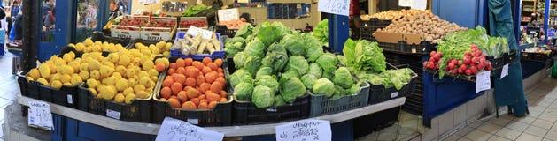 Ζωηρόχρωμος στάβλος αγοράς με τα λαχανικά και φρούτα στην Ουγγαρία στοκ φωτογραφία