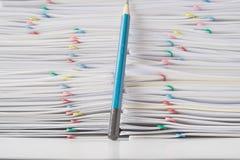Ζωηρόχρωμος συνδετήρας εγγράφου με το σωρό της γραφικής εργασίας υπερφόρτωσης με το μολύβι Στοκ Εικόνες