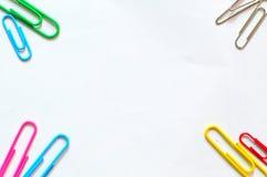 Ζωηρόχρωμος συνδετήρας εγγράφου στην άσπρη ανασκόπηση γραφείο χαρτικών Στοκ εικόνα με δικαίωμα ελεύθερης χρήσης