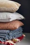 Ζωηρόχρωμος σωρός μαξιλαριών στο σκοτεινό υπόβαθρο Στοκ Εικόνα
