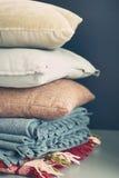 Ζωηρόχρωμος σωρός μαξιλαριών στο σκοτεινό υπόβαθρο Στοκ Εικόνες