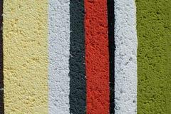 Ζωηρόχρωμος τουβλότοιχος ουράνιων τόξων Στοκ φωτογραφία με δικαίωμα ελεύθερης χρήσης