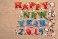 Ζωηρόχρωμος του αλφάβητου καλή χρονιά 2019 στην παραλία στοκ εικόνες