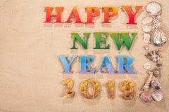 Ζωηρόχρωμος του αλφάβητου καλή χρονιά 2019 στην παραλία στοκ εικόνα με δικαίωμα ελεύθερης χρήσης