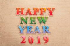 Ζωηρόχρωμος του αλφάβητου καλή χρονιά 2019 στην παραλία στοκ εικόνες με δικαίωμα ελεύθερης χρήσης