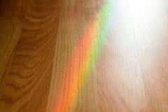 Ζωηρόχρωμος του ουράνιου τόξου στο ξύλο Στοκ φωτογραφία με δικαίωμα ελεύθερης χρήσης