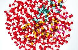 Ζωηρόχρωμος των αντιβιοτικών χαπιών καψών που απομονώνονται στο λευκό Στοκ Φωτογραφία