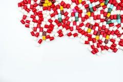Ζωηρόχρωμος των αντιβιοτικών χαπιών καψών στο λευκό Στοκ φωτογραφία με δικαίωμα ελεύθερης χρήσης