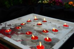 Ζωηρόχρωμος των κεριών αρώματος στο δίσκο τσιμέντου στοκ εικόνα