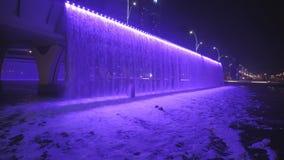 Ζωηρόχρωμος φωτισμένος καταρράκτης Ο καταρράκτης είναι μέρος της ανάπτυξης καναλιών νερού του Ντουμπάι φιλμ μικρού μήκους