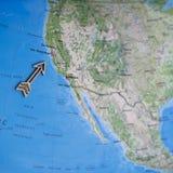Ζωηρόχρωμος χάρτης ταξιδιού της Βόρειας Αμερικής ΗΠΑ διασκέδασης με το ξύλινο βέλος που δείχνει το Σαν Φρανσίσκο στοκ εικόνες