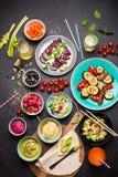 Ζωηρόχρωμος χορτοφάγος πίνακας γευμάτων γιορτής άνωθεν Στοκ εικόνες με δικαίωμα ελεύθερης χρήσης