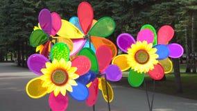 Ζωηρόχρωμος Pinwheels ή ο ανεμόμυλος περιστρέφεται στον αέρα φιλμ μικρού μήκους