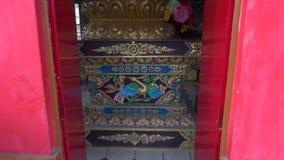Ζωηρόχρωμο άγαλμα του Βούδα στο ναό Dharamsala, Ινδία απόθεμα βίντεο