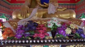 Ζωηρόχρωμο άγαλμα του Βούδα στο ναό Dharamsala, Ινδία φιλμ μικρού μήκους