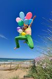 ζωηρόχρωμο άλμα κοριτσιών μπαλονιών στοκ εικόνες με δικαίωμα ελεύθερης χρήσης