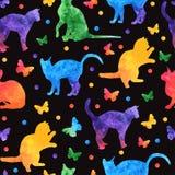 Ζωηρόχρωμο άνευ ραφής σχέδιο watercolor με τις χαριτωμένες γάτες και τις πεταλούδες που απομονώνονται στο μαύρο υπόβαθρο eps10 να απεικόνιση αποθεμάτων