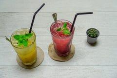Ζωηρόχρωμο λαμπιρίζοντας ποτό για τη θερινή ημέρα Στοκ εικόνα με δικαίωμα ελεύθερης χρήσης