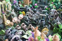 Ζωηρόχρωμο αντικείμενο για τη διακόσμηση δεξαμενών ψαριών στο κατάστημα της Pet Στοκ Φωτογραφίες
