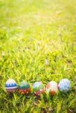ζωηρόχρωμο αυγό Πάσχας στο φρέσκο λιβάδι άνοιξη Στοκ εικόνα με δικαίωμα ελεύθερης χρήσης