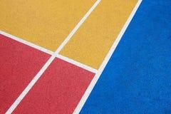 Ζωηρόχρωμο γήπεδο μπάσκετ, κόκκινο, κίτρινος και μπλε με την άσπρη γραμμή στοκ φωτογραφία με δικαίωμα ελεύθερης χρήσης
