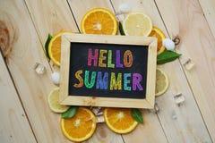 Ζωηρόχρωμο γειά σου θερινό κείμενο στον πορτοκαλή πάγο κύβων φύλλων πινάκων Στοκ Εικόνες