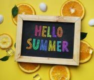 Ζωηρόχρωμο γειά σου θερινό κείμενο στον πορτοκαλή πάγο κύβων φύλλων πινάκων Στοκ Εικόνα