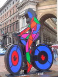 Ζωηρόχρωμο γλυπτό του ποδηλάτη στο Μιλάνο Στοκ εικόνα με δικαίωμα ελεύθερης χρήσης