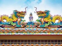 Ζωηρόχρωμο δίδυμο κινεζικό γλυπτό δράκων στη στέγη στο κινεζικό te Στοκ Εικόνες