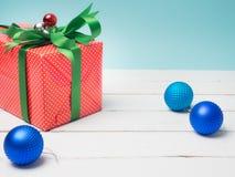 Ζωηρόχρωμο δώρων κιβωτίων αντικείμενο κορδελλών και διακοσμήσεων στρεβλώσεων άσπρο και γ στοκ εικόνα με δικαίωμα ελεύθερης χρήσης