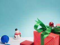 Ζωηρόχρωμο δώρων κιβωτίων αντικείμενο κορδελλών και διακοσμήσεων στρεβλώσεων άσπρο και γ στοκ φωτογραφίες