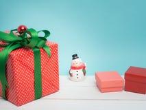 Ζωηρόχρωμο δώρων κιβωτίων αντικείμενο κορδελλών και διακοσμήσεων στρεβλώσεων άσπρο και γ στοκ εικόνες