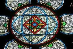 Ζωηρόχρωμο λεκιασμένο παράθυρο γυαλιού στον καθεδρικό ναό Παναγία των Παρισίων Στοκ Εικόνα