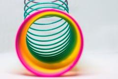 Ζωηρόχρωμο ελατήριο παιχνιδιών χρωματισμένο ύδωρ παιχνιδιών παιδιών χρώματα κινηματογράφηση σε πρώτο πλάνο πλαστικό στοκ φωτογραφίες με δικαίωμα ελεύθερης χρήσης