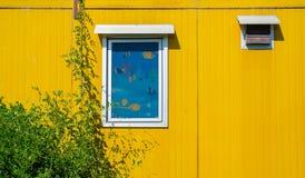 Ζωηρόχρωμο εμπορευματοκιβώτιο φορτίου που χρησιμοποιείται ως κατοικία Στοκ φωτογραφία με δικαίωμα ελεύθερης χρήσης