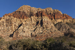 Ζωηρόχρωμο ενωμένο βουνό με μια κόκκινη ράβδωση. Στοκ εικόνες με δικαίωμα ελεύθερης χρήσης