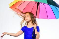 Ζωηρόχρωμο εξάρτημα για την εύθυμη διάθεση Μακρυμάλλης έτοιμος παιδιών κοριτσιών συναντά τον καιρό πτώσης με την ομπρέλα Θετική π στοκ φωτογραφίες