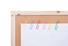 ζωηρόχρωμο λευκό εγγράφου συνδετήρων Στοκ εικόνα με δικαίωμα ελεύθερης χρήσης