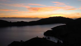 Ζωηρόχρωμο ηλιοβασίλεμα με πορτοκαλί ουρανού στη λίμνη Titicaca στοκ φωτογραφία