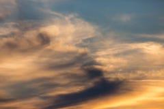 Ζωηρόχρωμο ηλιοβασίλεμα, μπλε, κίτρινος, πορτοκαλής ουρανός με τα σύννεφα στοκ φωτογραφία