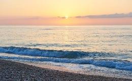 Ζωηρόχρωμο ηλιοβασίλεμα πέρα από τη θάλασσα από τα συγκρομένος κύματα παράδεισος φύσης στοιχείων σχεδίου σύνθεσης Στοκ Εικόνες