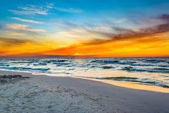 Ζωηρόχρωμο ηλιοβασίλεμα πέρα από τη θάλασσα Στοκ εικόνες με δικαίωμα ελεύθερης χρήσης