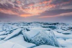 Ζωηρόχρωμο ηλιοβασίλεμα πέρα από τον πάγο κρυστάλλου Baikal της λίμνης Στοκ εικόνες με δικαίωμα ελεύθερης χρήσης
