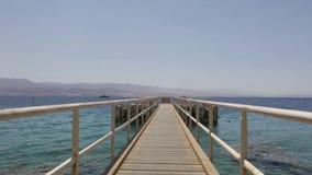 Ζωηρόχρωμο ηλιοβασίλεμα σε μια δημόσια παραλία Eilat φιλμ μικρού μήκους