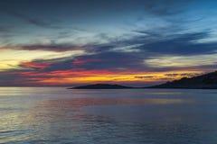 Ζωηρόχρωμο ηλιοβασίλεμα στην αδριατική θάλασσα στην Κροατία Στοκ Φωτογραφία
