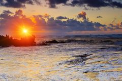 Ζωηρόχρωμο ηλιοβασίλεμα στην παραλία Amoreira κοντά στην πόλη Aljesur, Πορτογαλία Στοκ Εικόνα