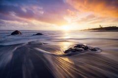 Ζωηρόχρωμο ηλιοβασίλεμα στην παραλία Bois Blanc στην πώληση Etang, Νήσος Ρεϊνιόν Στοκ Φωτογραφίες